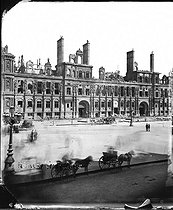 French Commune (1871). Facade of Paris City Hall, view from the rue de Rivoli. Paris (IVth arrondissement), after May 28, 1871. Photograph by Hippolyte Blancard (1843-1924). Detail of a stereoscopic view. Bibliothèque historique de la Ville de Paris. © Hippolyte Blancard/BHVP/Roger-Viollet