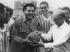 Ernesto Che Guevara (1928-1967), révolutionnaire argentin, sur un terrain de football. Août 1960. © Imagno/Roger-Viollet