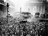 Guerre 1914-1918. Foule amassée devant la Bourse après l'annonce de la signature de l'Armistice proclamant la fin de la guerre. Londres (Angleterre), 11 novembre 1918. © PA Archive / Roger-Viollet
