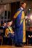 Le prince Charles (né en 1948), titulaire d'un doctorat honoraire en musique au Royal College of Music. Derrière : Elisabeth Bowes-Lyon (1900-2002). Kensington (Angleterre), 26 novembre 1981. © PA Archive/Roger-Viollet