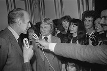 Christmas celebration at the Elysee Palace. Valéry Giscard d'Estaing (born in 1926), President of the French Republic, and Claude François (1939-1978), Egyptian-born French singer. Paris (VIIIth arrondissement), December 1975. © Jacques Cuinières / Roger-Viollet