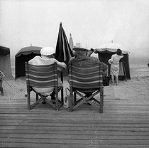 Beach scene in Deauville (France). © Noa / Roger-Viollet