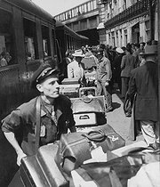 Porters on a platform of a station. Paris, circa 1950.  © Roger-Viollet