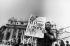 """Homme montrant la une du journal """"Paese Sera"""" annonçant la mort du pape Pie XII (1876-1978). Rome (Italie), place Saint-Pierre, septembre 1978. © Alinari / Roger-Viollet"""