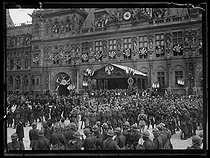 Ceremonies of July 14, 1919. First day of the Victory at the place de l'Hôtel de Ville. Paris city hall decked with flags, on July 13, 1919. © Excelsior - L'Equipe / Roger-Viollet