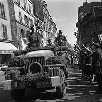 World War II. Liberation of Paris. Parisians acclaiming a vehicle from the 2nd Armored Division commanded by General Leclerc, August 25, 1944. © Pierre Jahan/Roger-Viollet