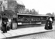 Seconhand booksellers' boxes, quai de Montebello. Paris, circa 1914. © Albert Harlingue / Roger-Viollet