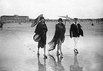 Walkers on the beach of Deauville (Calvados), August 1926. © Roll / Collection Roger-Viollet / Roger-Viollet