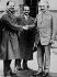 Paul Epstein (1871-1939), mathématicien allemand accueillant Albert Einstein (1879-1955), physicien américain d'origine allemande, et son assistant Walther Mayer (1887-1948) lors de leur séjour à observatoire du Mont Wilson. Pasadena (Californie, Etats-Unis), janvier 1931. © Roger-Viollet