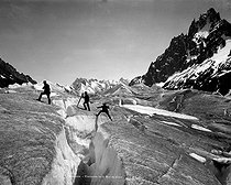 Chamonix (Haute-Savoie). Crossing the glacier, about 1890-1900. © Neurdein/Roger-Viollet