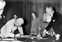 Benito Mussolini (1883-1945), Italian statesman, signing the Munich Agreement. On his right : Joachim von Ribbentrop (1893-1946), German diplomat. Munich (Germany), September 1938. © Roger-Viollet