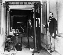 Beginning of radioscopy : examination with fluorescent screen. Photograph by Henri Roger. © Henri Roger / Roger-Viollet