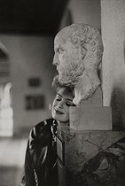 Melina Mercouri (1925-1994), Greek actress and politician, next to the bust of Thucydides at the Louvre museum. Paris, 1960. © Jean Mounicq / Roger-Viollet