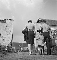 Family. France, circa 1945. © Gaston Paris / Roger-Viollet