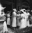 Jeunes femmes lors d'une garden-party. France, 1934. © Boris Lipnitzki/Roger-Viollet