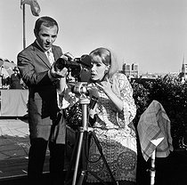 "Shooting of ""Paris au mois d'août"", film by Pierre Granier-Deferre, after the novel by René Fallet. Charles Aznavour and Susan Hampshire. Paris, 1965. © Jacques Cuinières / Roger-Viollet"
