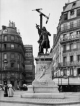 Emile Louis Macé. Statue of Claude Chappe (1763-1805), French engineer and inventor of the telegraph. Paris, circa 1910. © Neurdein / Roger-Viollet