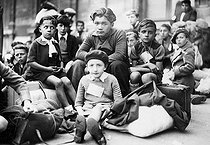 World War II. Children evacuated during the exodus of May-June 1940 in France. © Collection Roger-Viollet/Roger-Viollet