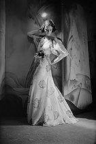 Evening dress by Worth. Paris (France), May, 1936.$$$ © Boris Lipnitzki/Roger-Viollet