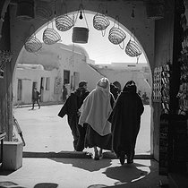 Houmt Souk (island of Djerba,Tunisie). The entry of the covered market. February 1965. © Hélène Roger-Viollet et Jean Fischer / Roger-Viollet