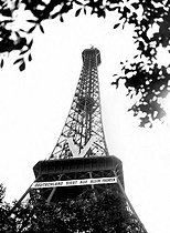 """World War II. """"V"""" for victory and banner """"Germany wins on all the fronts"""", on the Eiffel Tower. Paris, July 1941. © LAPI / Roger-Viollet"""