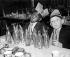Deux garçons au repas de Noël. Grande-Bretagne, 24 décembre 1958. © TopFoto/Roger-Viollet