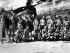 """Guerre 1939-1945. Equipage américain du Boeing B-29 """"Enola Gay"""", de retour sur leur base après avoir larguer la première bombe atomique sur Hiroshima, le 6 août 1945. Au centre, le colonel Paul Tibbets. Tinian, îles Mariannes. © TopFoto/Roger-Viollet"""