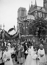 World War II. Procession of the Corpus Christi around Notre-Dame de Paris Cathedral, on June 15, 1941. © LAPI / Roger-Viollet