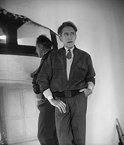 Jean Cocteau (1889-1963), French writer, dramatist and director. Milly-la-Forêt (Essonne, France), in 1951.     © Boris Lipnitzki / Roger-Viollet