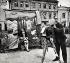 Jeune femme photographiée devant un décor. Russie, vers 1930. © Alinari/Roger-Viollet