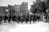 Le général De Gaulle dans la ville de Brest détruite, juillet 1945. © LAPI/Roger-Viollet