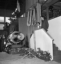 "Naming of a ""de Havilland DH 106 Comet"", first production commercial jetline delivered to the UAT airline. Jacqueline Auriol (1917-2000), French aviatrix and godmother of the airplane, on December 23, 1952. © Roger-Viollet"