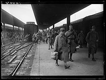 "World War I. Demobilized soldiers arriving at the Gare de l'Est train station. Paris (Xth arrondissement), on February 1st, 1919. Photograph published in the newspaper ""Excelsior"" on Sunday, February 2nd, 1919. © Excelsior - L'Equipe / Roger-Viollet"