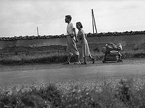 Paid holidays. Couple going to the holidays on foot. France, 1936. © Roger-Viollet