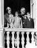 Apparition de la famille princière de Monaco au balcon du palais, le jour de la fëte nationale de Monaco. Le prince Rainier III de Monaco et son épouse Grace de Monaco avec leurs enfants, Stéphanie, Caroline et Albert (de gauche à droite). Monaco (Principauté de Monaco), 22 novembre 1968. © TopFoto / Roger-Viollet