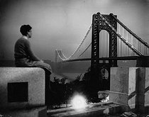 Jeune homme regardant le George Washington Bridge de nuit. New York (Etats-Unis), vers 1935. © Imagno / Roger-Viollet