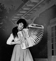 Yvette Horner (born in 1922), French accordionist.  © Roger-Viollet
