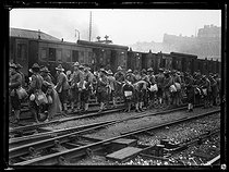 "World War I. Arrival of a new US contingent at the Gare du Nord train station. Paris, on August 6, 1917. Photograph published in the newspaper ""Excelsior"" on August 7, 1917. © Excelsior – L'Equipe/Roger-Viollet"