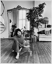 Anny Duperey (born in 1947), French actress and novelist, at home. Paris, 1977. © Bruno de Monès / Roger-Viollet