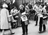 """Simone de Beauvoir (1908-1986) et Jean-Paul Sartre (1905-1980), écrivains français, distribuant le journal """"La Cause du peuple"""". Paris.  © Ullstein Bild / Roger-Viollet"""