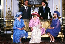 Baptême du prince William d'Angleterre. Photo officielle représentant la reine Elisabeth Bowes-Lyon, la princesse Diana, la reine Elisabeth II, le duc Philip d'Edimbourg et le prince Charles. Londres (Angleterre), 4 août 1982. © TopFoto/Roger-Viollet
