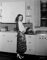 Young woman in the kitchen. © Roger-Viollet