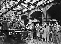 Paid holidays departure, Saint-Lazare train station. Loading of bicycles. Paris, on July 31, 1936. © Collection Roger-Viollet / Roger-Viollet