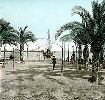Explanada de España (or Paseo de la Explanada), on the port side. Alicante (Spain), circa 1885-1890. Detail from a colorized stereoscopic view. © Léon et Lévy/Roger-Viollet