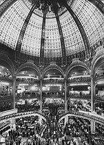 The dome of the Galeries Lafayette department store. Paris (IXth arrondissement), early 20th century. © Roger-Viollet