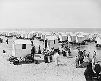 Ostend (Belgium). The beach at bathing time, 1890-1900. © Neurdein/Roger-Viollet