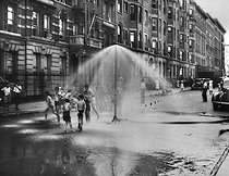 Children playing with some water in a street of Harlem. Photography from the Office of youth development and prevention of violence. New York (United States), 1937. © US National Archives / Roger-Viollet