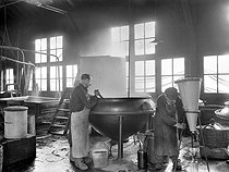 Hatch to fabricate pastilles. Preparation of alcaloïdes. Macérateur and filtration. France, on 1905. BOY-613 © Jacques Boyer / Roger-Viollet