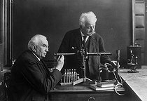 The Lumière brothers in their laboratory: Auguste (on the right) and Louis. © Albert Harlingue / Roger-Viollet
