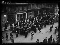 World War One. Strikes in Paris about the vote of the English week (rest on Saturday afternoons for the fashion workers), and the expensive life. Group of fashion workers in front of the Paquin couture house, mid-May 1917. © Excelsior – L'Equipe/Roger-Viollet